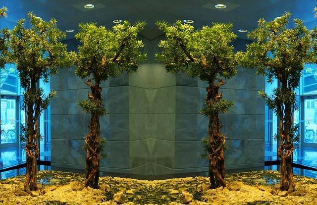 צמחיה מלאכותית בלובי הבניין